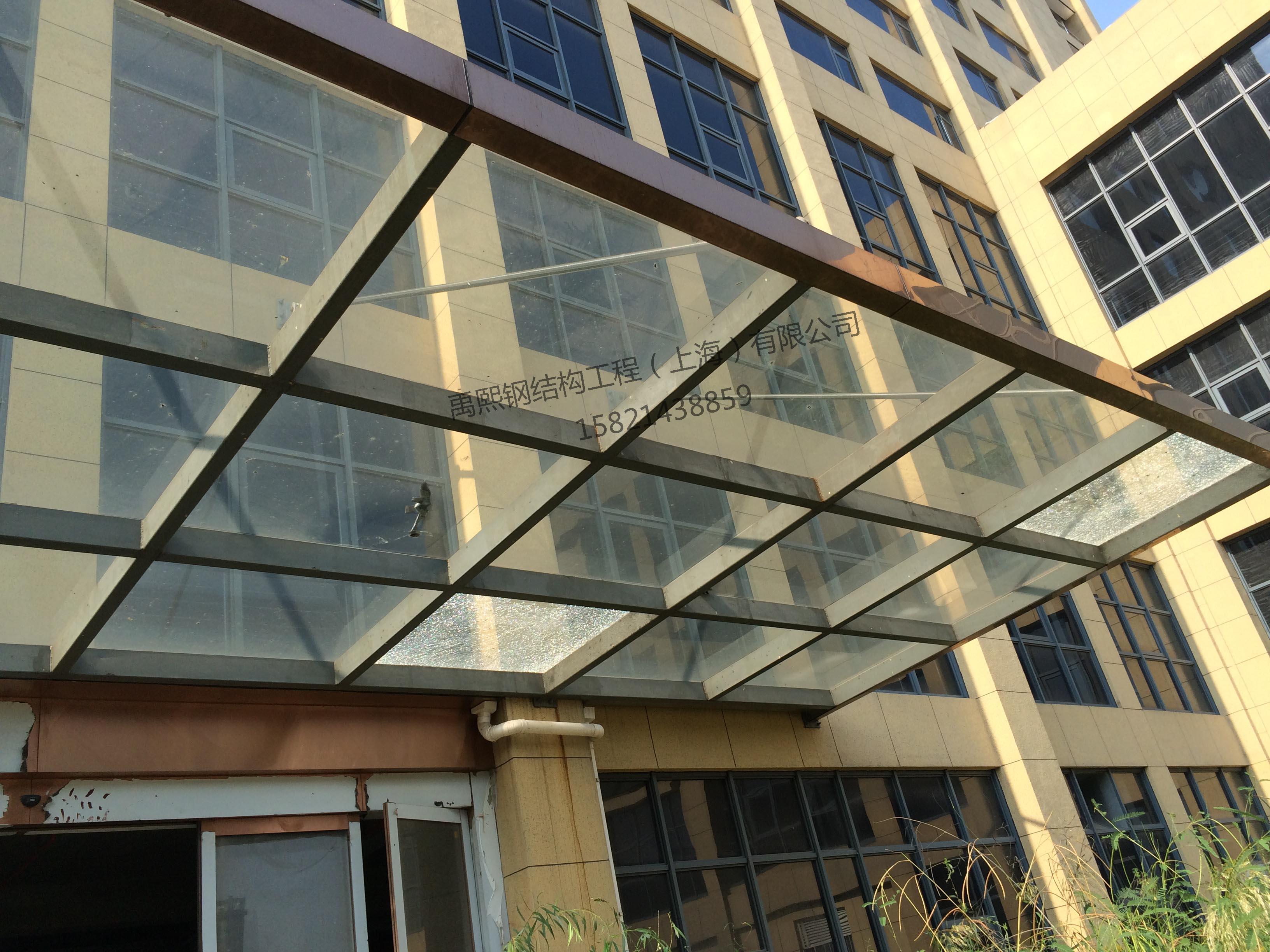 网架屋面,雨棚工程     钢结构雨棚是建在两座建筑物之间,起到接通两
